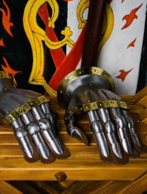 Knight s gloves of the 14th - 15th century Metal fingered and mitten gauntlets