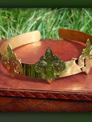 Brass crown with etched elements