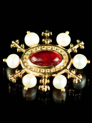 Medieval bronze brooch with red gem, XV century Brooches and fasteners
