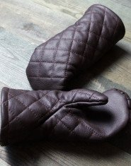 Leather mittens with diamond stitching