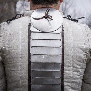 Additional back protection: Spine protection and rondel for self-sewing