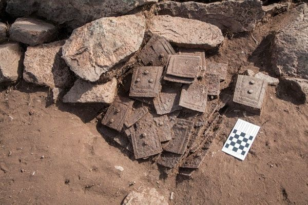 Metal_plates_armour_in_the_burial_hill