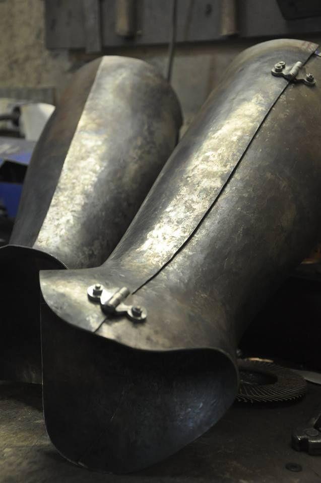 steel_closed_hinged_greaves