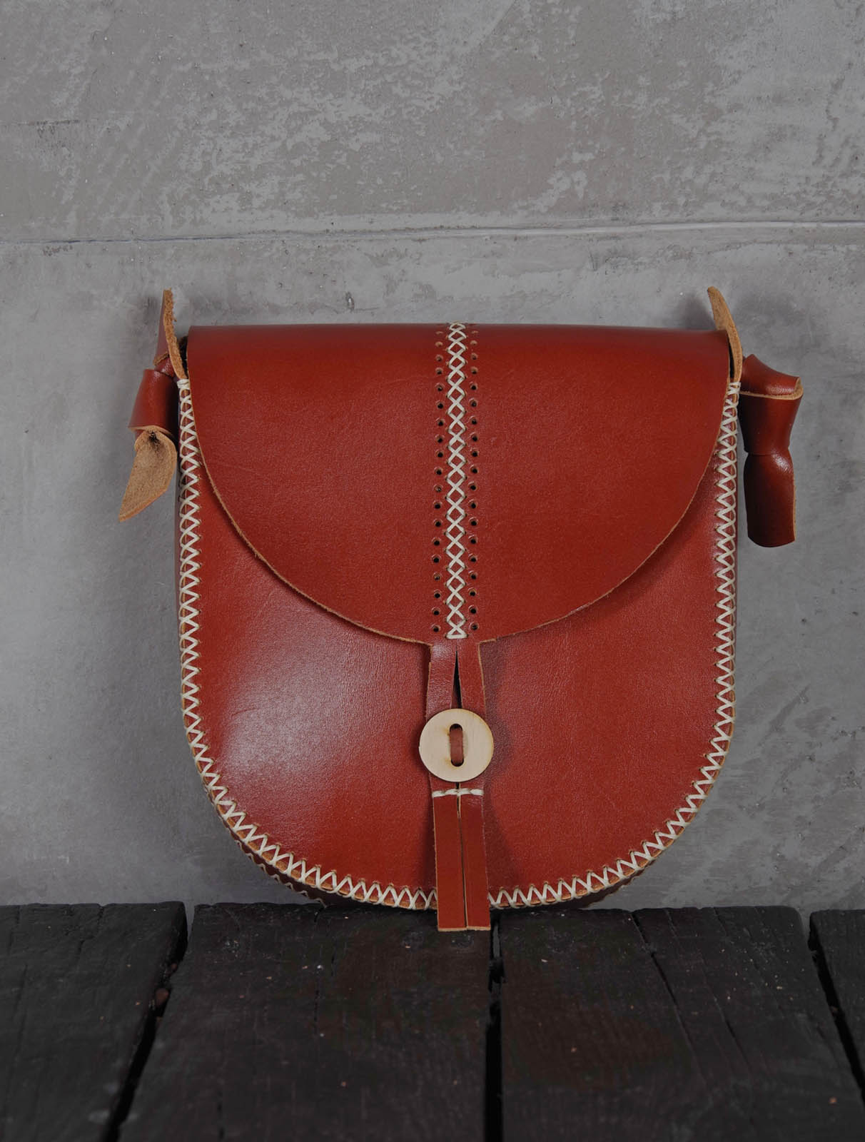 Leather bag with side stitching